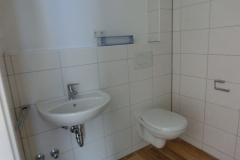 Badezimmer mit Dusche, Toilette, Waschbecken